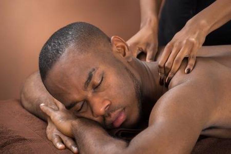 >Massage complet à l'huile de coco bio avec finition pour homme mûr - Escort Paris
