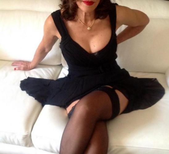 Carla massages érotique naturiste tantrique,brune sexy raffinée - Escort Nice